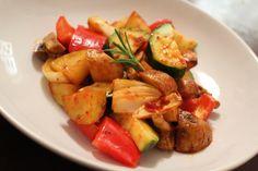 Mediterrane Kartoffel-Gemüsepfanne, ein schönes Rezept mit Bild aus der Kategorie Gemüse. 136 Bewertungen: Ø 4,4. Tags: Backen, einfach, Gemüse, Hauptspeise, Kartoffeln, Schnell, Sommer, Vegetarisch