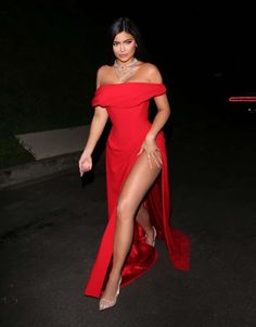 Kylie Jenner puts on a VERY leggy display in red gown The reality star, arrived to Beyonce and Jay-Z's party looking absolutely ravishing in a leggy red gown. Kylie was dripping in jewels as she flashed her long legs in a daring Vivienne Westwood dress. Ropa Kylie Jenner, Kylie Jenner Vestidos, Kylie Jenner Dress, Kylie Jenner Fotos, Estilo Jenner, Looks Kylie Jenner, Kylie Jenner Style, Kylie Jenner Clothes, Kylie Jenner Modeling