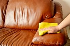 Limpieza sofá de cuero para nutrir la piel, mezcle dos partes el aceite de linaza, vinagre blanco y una parte de la mezcla.  Vierta un poco de ella en un paño suave y limpie suavemente la superficie de sus muebles de cuero.  Trabajar con movimientos circulares hasta que toda la superficie está cubierta.  Deje que el mueble para sentarse durante unos 10 minutos y luego pula el cuero con un paño suave hasta que sea brillante.  por jdt