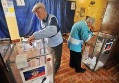 ウクライナ・ドネツク(Donetsk)で、親ロシア派が強行した独立の是非を問う住民投票の投票をする人たち(2014年5月11日撮影)。(c)AFP/GENYA SAVILOV ▼11May2014AFP|親ロシア派が住民投票を強行、ウクライナ東部2州 http://www.afpbb.com/articles/-/3014629 #eastern_Ukraine #Donetsk