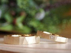 槌目夏:夏の日差しをイメージした槌目の結婚指輪(オーダーメイド/手作り) 夏の日差しをイメージした槌目のリング。 女性のリングには、ちょっぴり個性を出すために、プリンセスカットの四角いダイヤモンドを留めました。 [marriage,wedding,bridal,ring,マリッジリング,ウエディング,ブライダル,K18,Gold,ダイヤモンド,diamond]