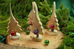 Weihnachtsdeko: Holzbäume mit Weihnachtskugeln / wooden christmas trees with…