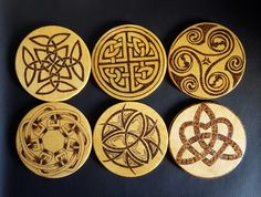 Posavasos+de+madera+pirograbado+con+motivos+celtas+de+Complementos+Magdalena+por+DaWanda.com