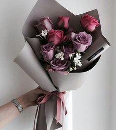 Bouquet violine et rose Boquette Flowers, How To Wrap Flowers, Luxury Flowers, Bunch Of Flowers, Flower Boxes, My Flower, Beautiful Flowers, Flowers Nature, Flower Aesthetic