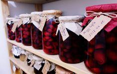 Cseresznye- és meggybefőtt készítését kezdőknek is szívből ajánlom, egyszerű és igazán megéri. Télen csemegézhetjük magában vagy gyümölcsleves is készülhet belőle. Cooking Recipes, Gift Wrapping, Drinks, Gifts, Foods, Gift Wrapping Paper, Drinking, Food Food, Beverages