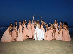 10 bridesmaid dresses on the beach and tips for not looking wrong - Matrimônio - Casamento Ideias Verde Tiffany, Magic Day, Dress Vestidos, Marry You, Poses, Bridesmaid Dresses, Wedding Dresses, Destination Wedding, Wedding Photos