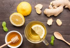 This lemon ginger detox tea is not only flavorful, but it's healing and cleansing too - making it the perfect drink to start your day with! Natural Remedies For Bloating, Bloating Remedies, Cold Remedies, Te Detox, Detox Tea, Cayenne Pepper Detox, Dieta Anti-inflamatória, Fighting A Cold, Joyous Health