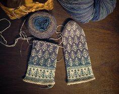 2019.04.20 ラトビアの森の民芸市でいつも楽しみにしている段染めの毛糸  毛糸を売っているブースはいくつもあるけれど私はダントツでここのお店の糸が好き  手織りでショールを織っている作家さんがおそらくはショール用の糸としてブースの隅っこでひっそりと売っている  売っている数も少ないし種類も少ない おまけに毎年色が違う  なので去年のあのグラデーションの糸を追加で欲しい と思っても叶わないこと  毎年今年はどんな色の糸を染めたんだろう って対面するのが本当に楽しみ  この手染めの糸で編んだミトンはすぐにお嫁に行ってしまうのでご本人にはまだ見せることが出来ないでいたけれど今年こそは是非見ていただきたいとブルーからグレイッシュなピンクへのグラデーションの糸を使ってミトンを製作中  霧がかかった森のようなミトンが出来そうです #ラトビアミトン #ラトビアのミトン #ミトン #手編みミトン #手編み #handknit #ラトビアの民芸市 #0号針が好き#竹の針が好き #編み物 #一年中ミトンを編んでいる Fingerless Gloves, Arm Warmers, Knitting, Winter, Instagram, Breien, Fingerless Mitts, Winter Time, Tricot