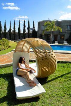 Meksikalı tasarımcı Victor M. Aleman tarafından tasarlanan sarmal mobilya iki kişilik bahçe mobilyalarına örnek olmaktadır.