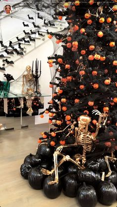 Kylie Jenner's Halloween Kids Party Was More Elaborate Than My Wedding Will Be Casa Halloween, Halloween Trees, Halloween Birthday, Halloween Party Decor, Halloween 2020, Halloween Kids, Vintage Halloween, Halloween Crafts, Halloween Costumes