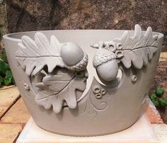 This would be cute as a yarn bowl or knitting Bowl would have to be modified a bit but not much yarn could slip under one edge of that leaf. Hand Built Pottery, Slab Pottery, Pottery Bowls, Ceramic Pottery, Ceramics Projects, Clay Projects, Clay Crafts, Ceramics Ideas, Beginner Pottery