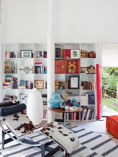 illustrator Maria Osorio home in Madrid. Designed by Abaton Minimalism Interior, Beautiful Home Designs, Modernist Interior, Home, Interior Design Living Room, Bauhaus Interior, Minimal Interior Living Room, Home Decor, Luxury Decor