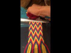 / Fajon o gasa Wuayu último paso - / Fajon or gauze Wayuu last step - Chevron Friendship Bracelets, Types Of Weaving, Crochet Crop Top, Macrame Tutorial, Tapestry Crochet, Loom Weaving, Filet Crochet, Knitted Bags, Cross Stitch Embroidery