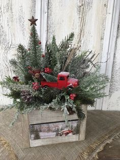 Creative Christmas Centerpieces Ideas That You Must See - Weihnachtsdeko Hauseingang Christmas Red Truck, Christmas Porch, Outdoor Christmas Decorations, Country Christmas, Vintage Christmas, Christmas Wreaths, Primitive Christmas, Christmas Holiday, Winter Decorations