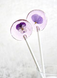 diy edible floral lollipop favors (via sprinklebakes)
