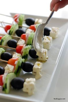 Fingerfood - Greek Salad on a Stick // pretty, simple and delicious summer appetizer Best Party Appetizers, Snacks Für Party, Finger Food Appetizers, Appetizer Recipes, Appetizer Skewers, Finger Foods, Greek Salad, Greek Recipes, Love Food