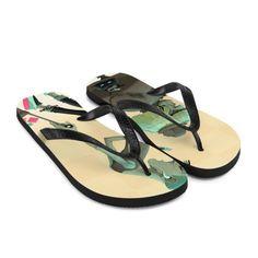 Forbered deg på en eventyrlig og bekymringsløs sommer med et par fargerike tøfler som er skapt akkurat for deg! Gummisålen er foret med et mykt stoff for å sikre at du føler deg komfortabel uansett hvor dagen tar deg. City People, Flip Flops, Sandals, Shoes Sandals, Beach Sandals, Sandal, Slipper, Reef Flip Flops