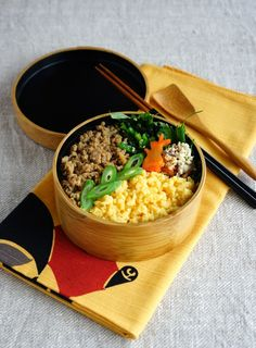 R journal: そぼろ弁当・Soboro, minced chicken and egg on brown rice bento