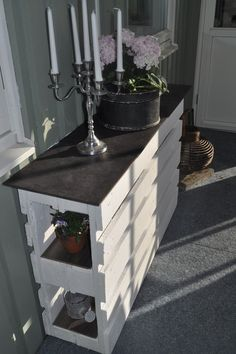 moebel-aus-paletten-bauen_DIY-Sideboard-weiss Used Pallets - A Smart Choice For New Business Start-U Old Pallets, Recycled Pallets, Wooden Pallets, Pallet Wood, Pallet Entry Table, Entry Tables, Pallet Crafts, Diy Pallet Projects, Home Projects