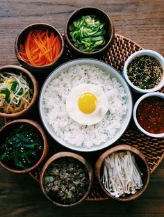 Eating healthy doesn't have to be complicated. We've partnered with Mama Pak's Kitchen to demonstrate how to create a bowl of bibimbap using some fresh and easy ingredients. Korean Dishes, Korean Food, Chinese Food, Asian Recipes, Healthy Recipes, Ethnic Recipes, Clean Eating, Healthy Eating, Good Food