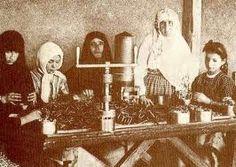 cümhuriyeti biz böyle kazandık - Kurtuluş Savaşı' nda Türk kadını Kurtuluş Savaşında vermiş olduğu büyük mücadelede erkeği ile omuz omuza cephedeki yerini almış, düşmana karşı silâhı ile savaşarak, cepheye mermi taşıyarak, yaralı askerleri tedavi ederek, silâh ve giyecek imal ederek, vatanın kurtulmasına büyük katkılarda bulunmuştur.