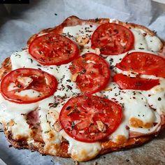 """Miluju LOWCARB on Instagram: """"Luxusní domácí pizza by @by_endy_ ——————— Recept na těsto : 1 mozzarella, 2 vejce, 2 lžíce psyllia, sůl, bylinky, 10 dkg sýru,  3 panáky…"""" Healthy Style, Pizza, Mozzarella, Vegetables, Ethnic Recipes, Food, Instagram, Essen, Vegetable Recipes"""