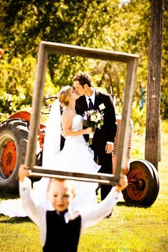 Nuntă în grădină cu decoruri vintage, rame foto și tablouri | http://nuntaingradina.ro/nunta-in-gradina-cu-decoruri-vintage-rame-foto-si-tablouri/ #weddingphotography