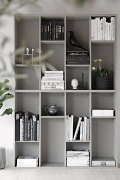 IKEA-hack: Förvandla bokhyllan Valje till en stillebenhylla - You are in the right place about home decor ikea Here we offer you the most beautiful pictures abo - Ikea Bookcase, Bookshelves In Living Room, Ikea Living Room, Ikea Shelves, Ikea Storage, Grey Bookshelves, Painted Bookshelves, Shelving Units, Storage Hacks