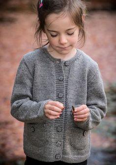 Pigetrøje med lommer - Køb billigt her Free Childrens Knitting Patterns, Kids Patterns, Knitting For Kids, Baby Vest, Ethical Clothing, Baby Sweaters, Handmade Clothes, Clothing Patterns, Knit Cardigan