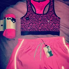 I am so in love with this.  I need to find this gym outfit..