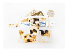 Mini carteira para guardar moedas na parte com zíper e dinheiro ou cartão no bolsinho de fora. Ideal pra quando você não quer sair com a carteira inteira! Cabe no bolso!