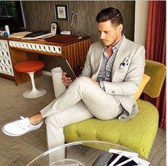 Den Look kaufen: https://lookastic.de/herrenmode/wie-kombinieren/anzug-hellbeige-langarmhemd-graues-niedrige-sneakers-weisse-einstecktuch-weisses-und-schwarzes/11487 — Graues bedrucktes Langarmhemd — Weißes und schwarzes bedrucktes Einstecktuch — Hellbeige Anzug — Weiße Niedrige Sneakers