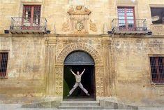 La fachada del ayuntamiento de Sos del Rey Católico... y un salto