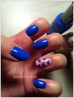 Pinta una de tus uñas de un tono distinto, coloca algún detalle y nota lo divertidas que se verán.