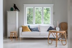 Vihreä talo - sisustusblogi Love Seat, Accent Chairs, Cottage, Couch, Throw Pillows, Living Room, Bed, Interior, Furniture