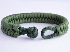 "How do I create a fishtail knot and a bow? Paracord Survival Bracelet ""Clean Way"" – Yo How do I create a fishtail knot and a bow? Paracord Survival Bracelet ""Clean Way"" – Yo, knot - Bracelet Rasta, Fishtail Bracelet, Bracelet Knots, Paracord Bracelets, Survival Bracelets, Macrame Bracelet Diy, Knotted Bracelet, Fishtail Braids, Jewelry Knots"