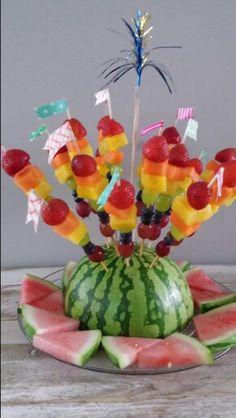 Gezonde Traktatie kinderdagverblijf, fruit wat de kleintjes lekker vinden in regenboog kleuren. Met waxband leuke vlaggetjes gemaakt van de prikkers.