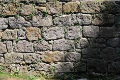 Mur z piaskowca przy zamku na Szczytniku.
