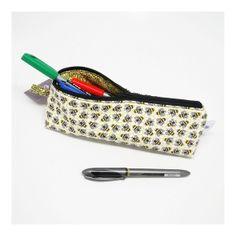 Estojo em forma de prisma, para guardar lápis, canetas ou quaisquer outros objetos que você quiser! Acolchoado e fechamento com zíper. Uma fofura!