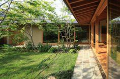 熊谷の家|横内敏人建築設計事務所 Japanese Style House, Japanese Home Decor, Japanese Interior, Cabin Design, Roof Design, Small House Design, Modern Japanese Architecture, Zen House, Residential Landscaping