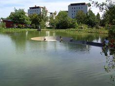 目の高さに水面が。こちらオーストリアはフェクラブルックの街にある公園。なんともユニークですね。公園の真ん中にある池、さらにその池の真ん中にはミニ広場が。このミニ広場へ続く道は坂になっており、周りの池の水面が足下から目の高さまで上がってきます。ステキね。[BoredPanda via LikeCool...