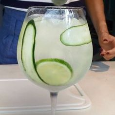 Gin tônica à espanhola: aprenda drink refrescante (Foto: Reprodução) Vodka Drinks, Bar Drinks, Cocktail Drinks, Alcoholic Drinks, Beverages, Cocktails For Beginners, Long Drink, Gin And Tonic, Healthy Breakfast Recipes