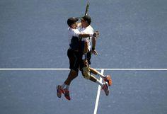 Zwillingsfreude: Die Tennis-Profis Bob und Mike Bryan sind bei den US Open ins Endspiel im Doppel eingezogen und nur noch einen Schritt vom 100. Titel ihrer Karriere entfernt. Die 36 Jahre alten Zwillingsbrüder aus den USA setzten sich im Halbfinale gegen ihre Landsleute Scott Lipsky und Rajeev Ram durch. In New York streben die Bryan-Brüder ihren 16. Grand-Slam-Titel an. Mehr Bilder des Tages auf: http://www.nachrichten.at/nachrichten/bilder_des_tages/ (Bild: Reuters)