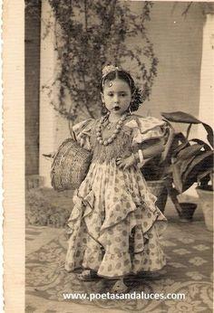 vestido de flamenca niña Vintage Pictures, Vintage Images, Vintage Posters, Dancers Body, Flamenco Dancers, Gypsy People, Spanish Heritage, Spanish Dance, Vintage Gypsy