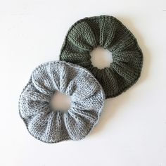 Designer Share ~ Miriam Sundsrud Jensen ~ Knitting Knitted scrunchies A fun project to go wild with your stash yarn. Endless ways to customize with co. Easy Knitting Projects, Yarn Projects, Crochet Projects, Knit Or Crochet, Crochet Crafts, Yarn Crafts, Diy Crafts, Knitting Patterns Free, Free Knitting