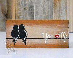 Fait et prêt à expédier! Idée cadeau Saint-Valentin vous et moi signe signes bois récupéré bois Art 5e anniversaire cadeau amour oiseau peinture bois amour Art bois Wall Decor mariage cadeau pour Couple par Linda Fehlen  Toi et moi - lamour des oiseaux sur une fil de peinture sur bois récupéré  {Taille} - 20 1/4 x 10 1/2 sur le bois de palette qui a été peint avec un style de détresse de récupération.  Ce tableau simpliste et rustique de deux oiseaux sur un fil ferait un merveilleux cadeau…