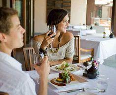 Jak jeść, aby nie najeść się wstydu. Więcej na: http://www.krawatimuszka.pl/etykieta-towarzyska/jak-jesc-aby-nie-najesc-sie-wstydu/