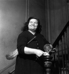 La concierge est dans l'escalier 1946 |¤ Robert Doisneau | Atelier Robert Doisneau