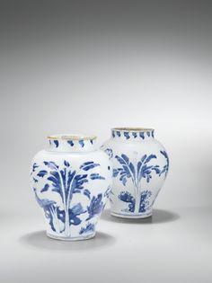 Deux potiches en porcelaine bleu blanc XVIIe siècle