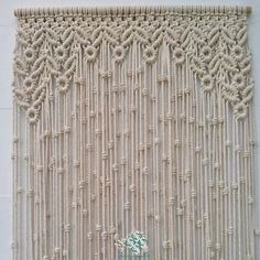 Cortina macramé modelo hojas y redondel. Puedes ver en la web nuestros modelos de cortinas. Las hacemos a medida y por encargo para ti. Conócenos.